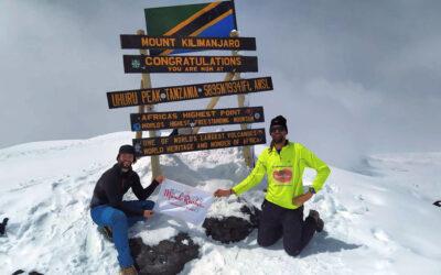 Oscar Santos y Ricardo Diez, nuestros atletas, llegan a la cumbre del Kilimanjaro.